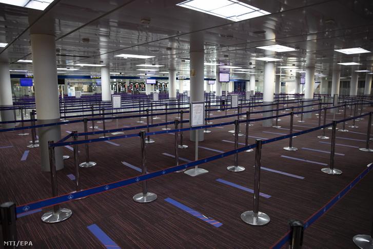 Néptelen a Charles de Gaulle repülõtér 2-es terminálja a francia fõváros közelében fekvõ Roissyban 2020. május 14-én.