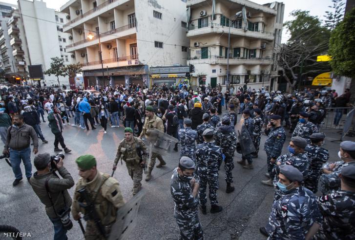 Kormányellenes tüntetők a libanoni jegybank bejrúti székházánál 2020. április 23-án. Az ország fizetőeszköze a libanoni font a koronavírus-járvány libanoni kitörése óta nagyot zuhant. Az ország március elején fizetésképtelenséget jelentett.