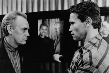 Ronny Cox és Arnold Schwarzenegger