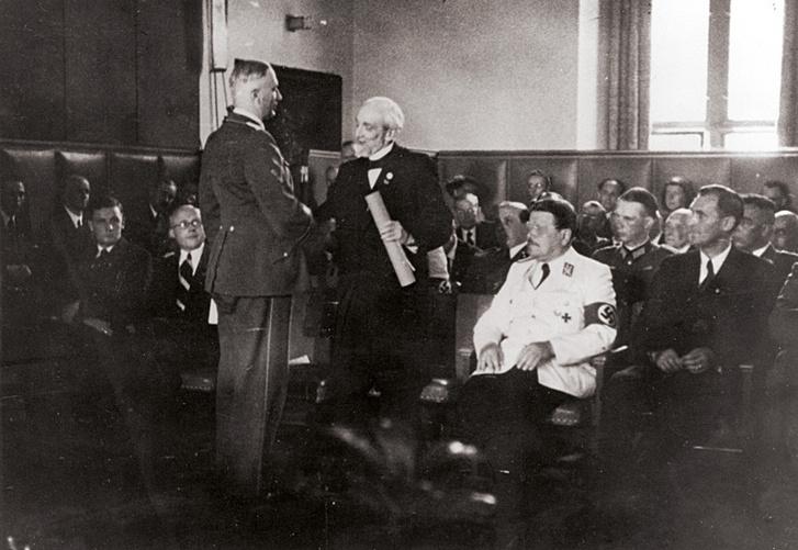 Lénárd Fülöp átveszi a Heidelbergi Egyetem tiszteletbeli doktori címét Wilhelm Ohnesorge birodalmi postaügyi minisztertől (1942)