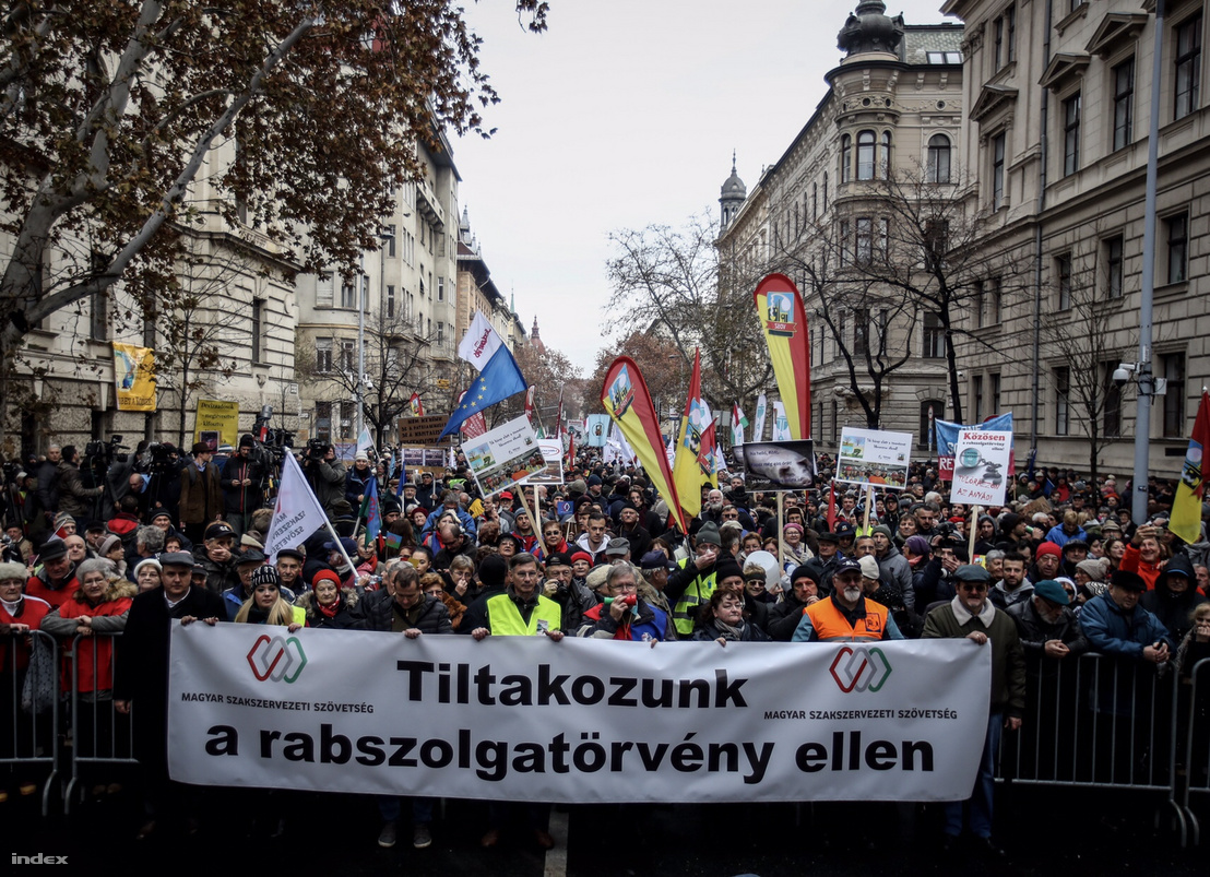 Tiltakozó szakszervezetek a túlóratörvény ellen 2018. december 8-án