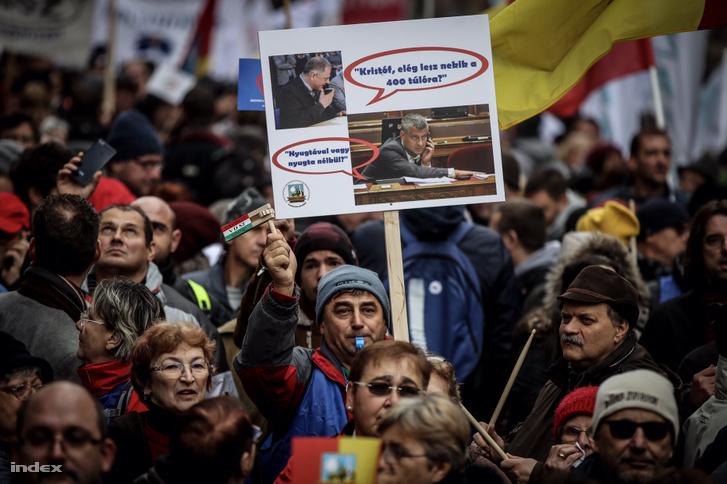 Tábla a 2018-as túlóratörvény elleni tüntetésen