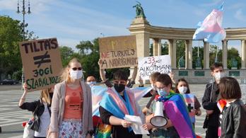 Semjén, ne turkálj a nadrágunkban – a transznemű törvény ellen tüntettek