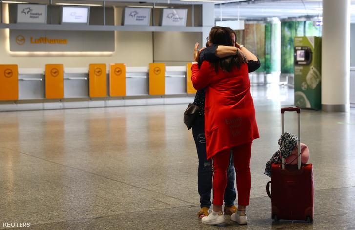 Karin Wasowski, a Volkswagen munkatársa búcsúzik egy barátjától, mielőtt elindulna Tiencsinbe