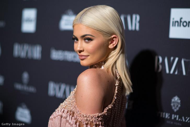 Kylie Jenner 2016-ban a Harper magazin rendezvényén.