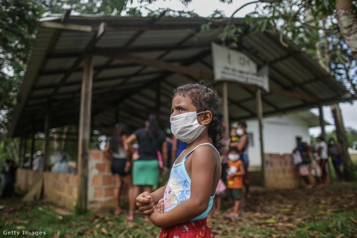 Szájmaszkos kisgyerek a brazíliai Manausban