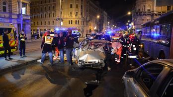 Piroson átszáguldó Suzuki csapódott egy Mercedesbe a Blahán