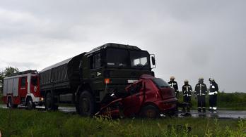 Kisodródva egy tehergépkocsinak csapódott egy autó, ketten meghaltak