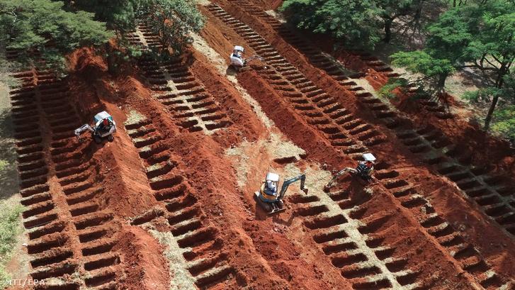 A koronavírus-járvány miatt új sírokat nyitnak a Sao Pauló-i Vila Formosa temetõben Latin-Amerika legnagyobb sírkertjében 2020. április 20-án.