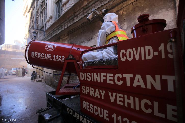 Permetszóró ágyúval fertőtlenítenek egy pesavari utcát