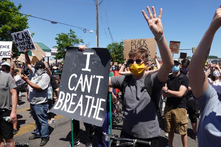 """""""Nem kapok levegőt"""" - A rendőri túlkapás áldozatául esett George Floyd utolsó szavait idézték a tüntetők."""