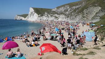 Megrohanták a britek a tengerpartot, mintha nem is lenne járvány