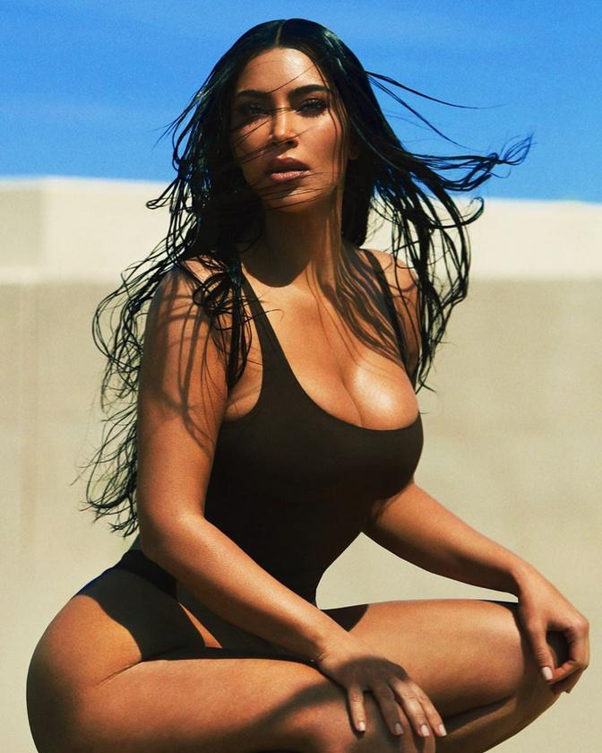Kim Kardashian guggol ezen a parton.