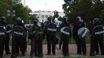 Állig felfegyverzett rohamrendőrök védik a Fehér Házat, zavargások egy sor amerikai városban