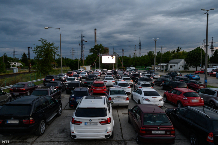 Autók a tatabányai Park autósmoziban 2020. május 30-án.