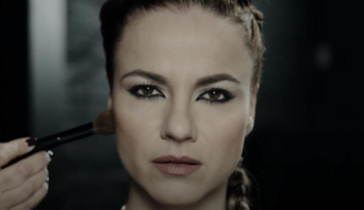 Péter Szabó Szilvia a Két világ közt című dala klipjében (jelenetkép)