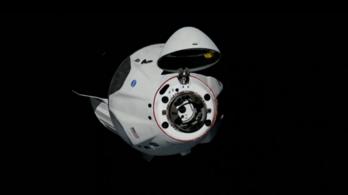 Gond nélkül dokkolt a Dragon az ISS-hez, tökéletesen sikerült a NASA és SpaceX közös űrrepülése