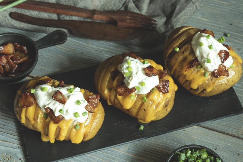 Hasselback-krumpli tejföllel meglocsolva: így lesz csak igazán ropogós kívül