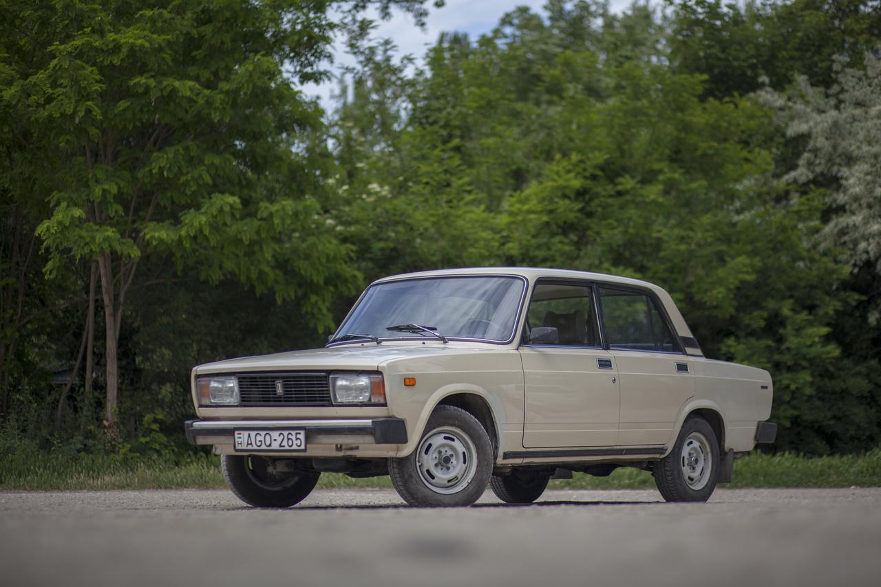 Ránézésre egy új korszak kezdetét jelentette 1980-ban a kocka 1300S, azaz a VAZ-2105, ám a szögletesebb vonalak alatt a régi Fiat-technika lapul. Jelentős újítás, hogy a motor szelepvezérlését már nem kétsoros lánccal, hanem fogazott szíjjal oldották meg, bár sokkal csendesebb ettől még nem lett a blokk