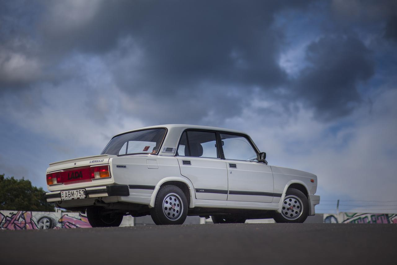 Ez itt a Lada Nova Junior, a legkisebb, 1200-es Lada-motorral szerelt kocka, azaz a VAZ-21051, hogy szakszerűek legyünk. Talán Nyugaton úgy gondolták - ha már úgysem erős, akkor nem fog feltűnni még néhány lóerőnyi deficit?