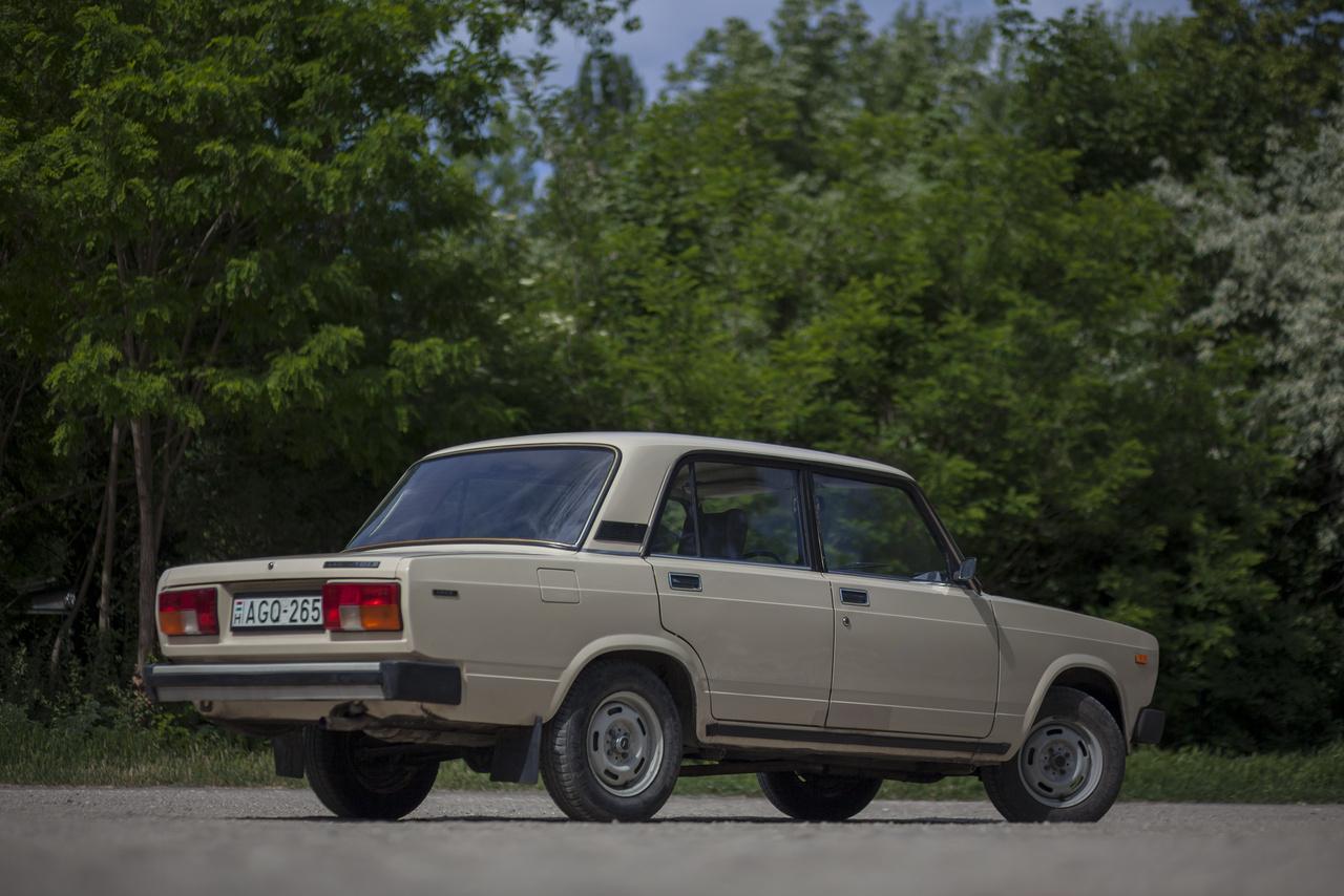 A nálunk 1982-től forgalmazott kocka-Ladába már biztonsági kormányoszlopot, állítható magasságú fényszórókat, belülről állítható tükröket és kettő helyett háromkaros szellőzésszabályzást tettek. Nem sikerült a modernizálás, általános vélekedés szerint a kereklámpások jobb autók. Nyugaton ezeket a kocsikat Riva és Nova néven árusították. 2010-ig készült a széria