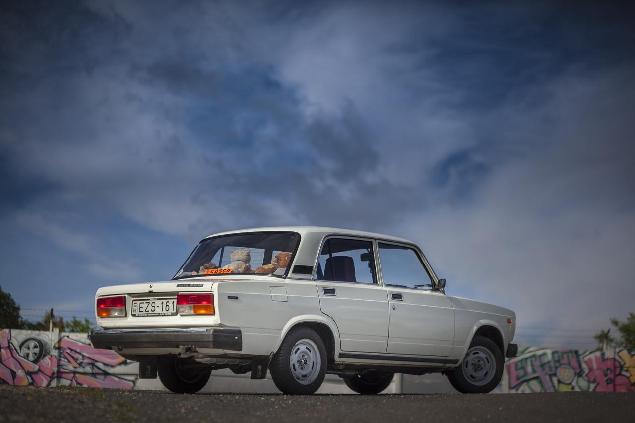 A 2107-es 1500-ösbe változtatás nélkül emelték át a régi 2103-as 1500-as hajtásláncát, tehát itt még a motort sem alakították át fogazottszíjas vezérlésűvé. Talán emiatt is lett kedveltebb az autó, bár hozzájárulhatott, hogy az 1500L belső tere is igényesebb volt a vele párhuzamosan futó kisebb, 1300-as kockáénál