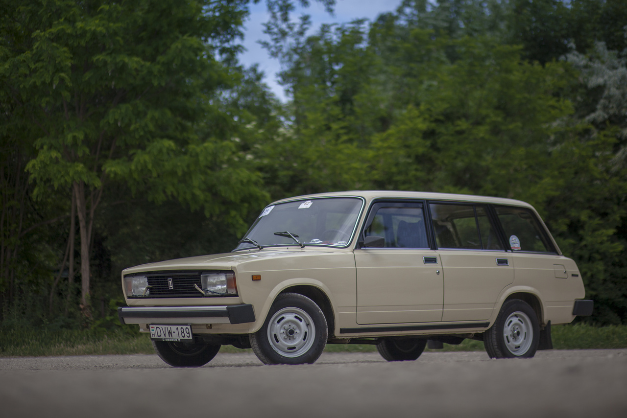 Ugrás következik a számozás rendszerében, méghozzá Michael J. Fox stílusában, ugyanis az 1984-ben tök új kocka-1300 kombijánál egy régi gyári kódot vettek elő: ez a VAZ-2104-es. A magyarázat szinte kézenfekvő: a 2104-es eredetileg a 2103-as 1500-ös kombija lett volna, azaz a negyedik, egyben utolsó típus, amit az olaszok terveznek a szovjet népnek. De azt a modellt végül elvetették, s egy kombinak szánt kód megmaradt