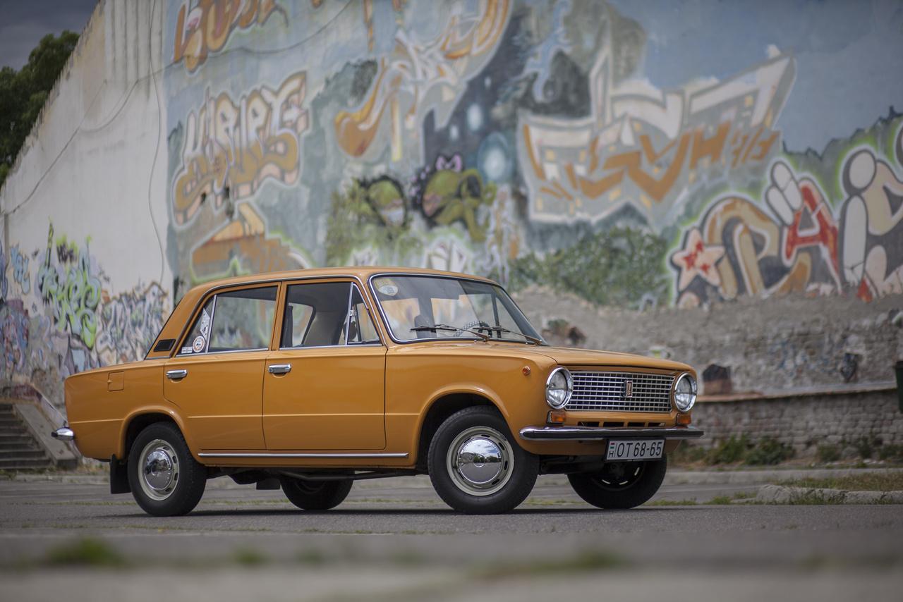 VAZ-21013, amely pont úgy néz ki, mint az 1300-as (azaz a VAZ 21011), de az alapkivitel 1200-as motorja van benne, s 1200s-nek hívták. 1977-től 1988-ig készült, először csak afféle frissített verzióként a '82-ig gyártott klasszikus 1200-as mellett, majd később átvette az alap-Lada szerepét