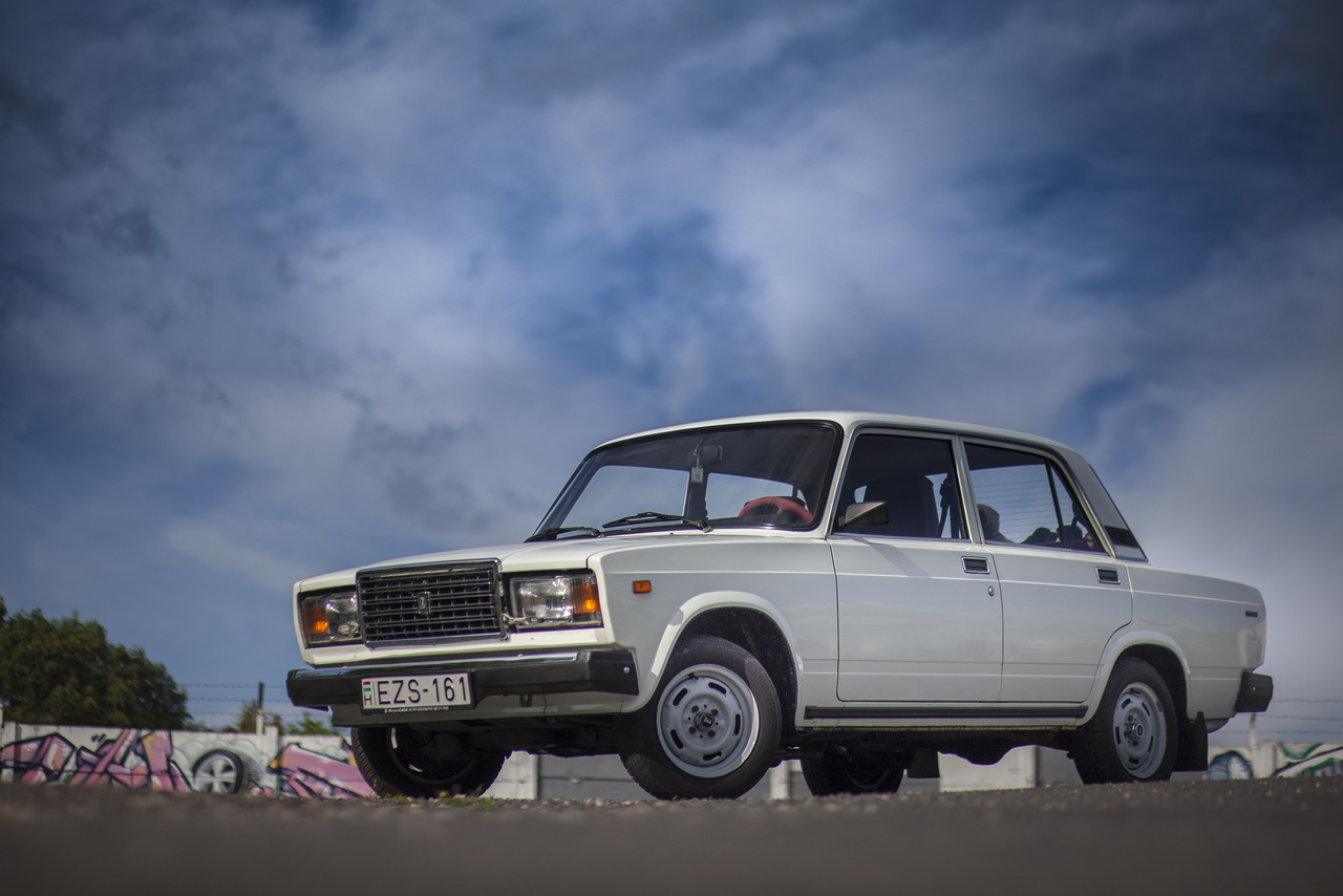 1982-ben jó ötletnek tűnt egy Mercedes-jellegű rácsot biggyeszteni a kocka-kaszni orrára, a hozzávaló, szintén erősen mercedeses motorházfedél-domborítással. A végtermék, a Lada 1500L, azaz a VAZ-2107 nem is nézett ki rosszul, bár ebben segítették a krómozott, nem pedig festett lökhárítók is