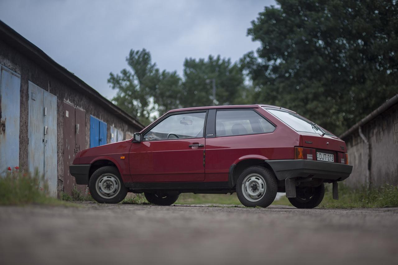 A Samara, azaz a VAZ-2108 formája 1976-ban már nagyjából készen volt a Porschénél, 1979-ben már futottak a prototípusai a Szovjetunióban, de a sok gyerekbetegség miatt csak 1984-ben mutatták be a világnak, amikorra elavult lett. Egy kiváló motor, tűrhető futómű, ijesztő kormányzás és hihetetlenül silány utastéri műanyagok jellemezték az alapjaiban véve jól kitalált kocsit