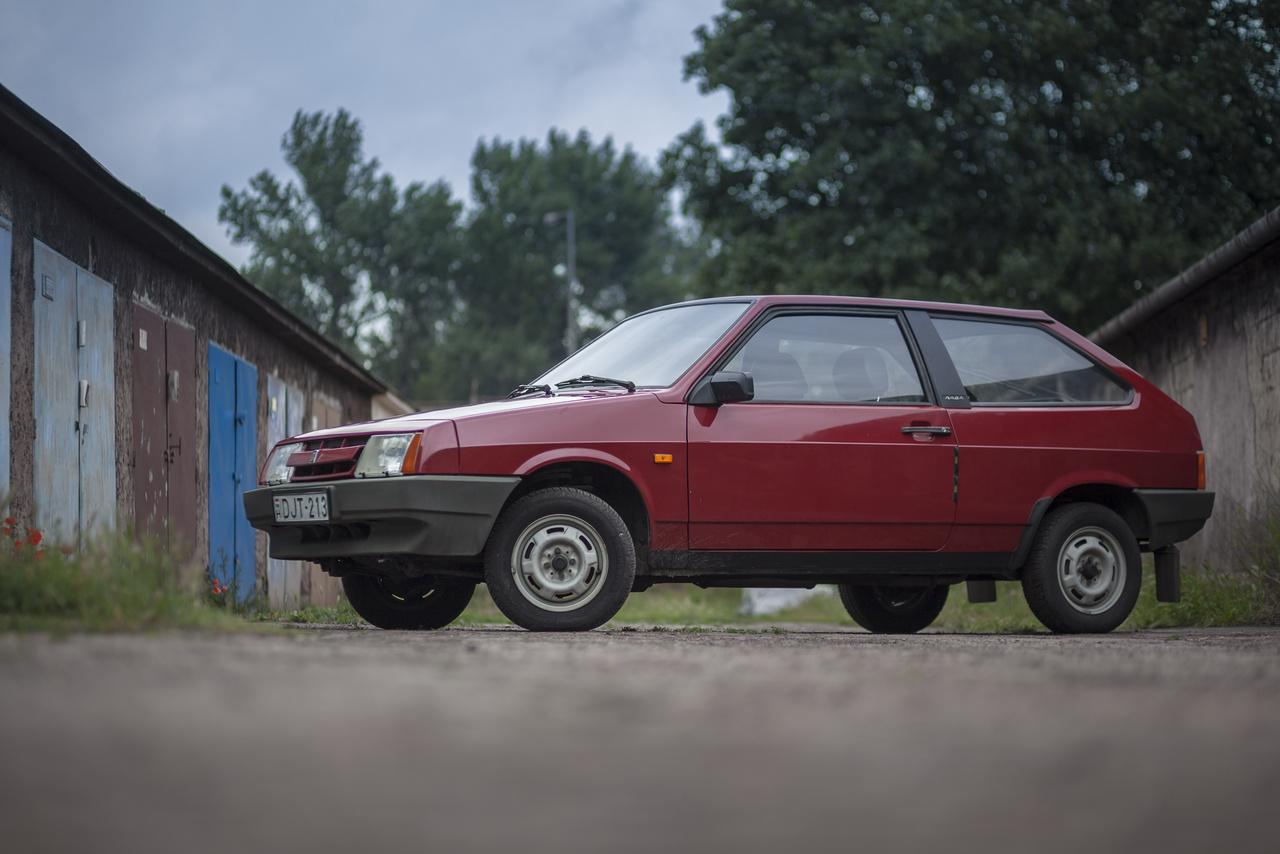 A Samarával elérkeztünk a Fiat-korszak végéhez a Lada történetében. A belső tükrön és a kipufogóleömlőn kívül ennek az autónak semmi köze a korábbi Ladákhoz, hiszen keresztben elhelyezett orrmotoros és elöl hajt. No meg - nem a Fiat tervezte a szovjeteknek, hanem a Porschénél rendelték meg, bár ebbe azért jobban belepiszkáltak végül