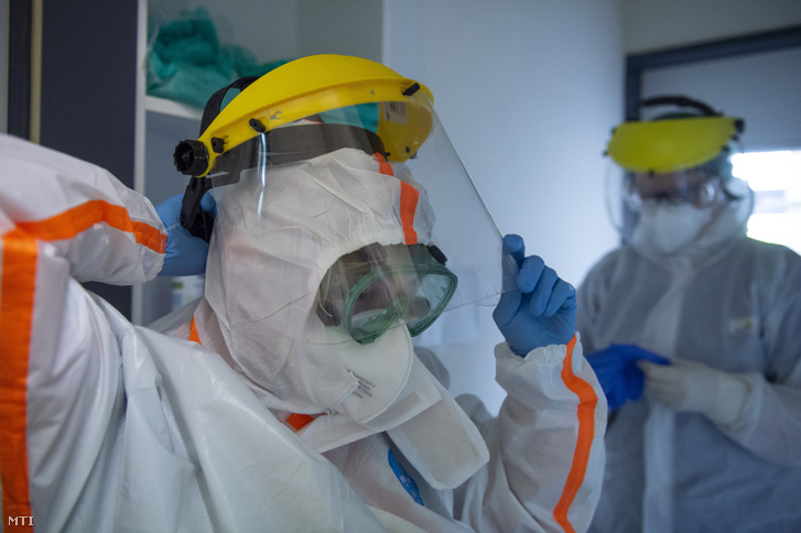 Védőfelszerelést viselő orvosok a koronavírussal fertőzött betegek fogadására kialakított osztályon a fővárosi Szent László Kórházban 2020. május 8-án