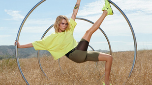 Cara Delevingne elképesztően hosszú lábaival népszerűsíti a jóganadrágokat