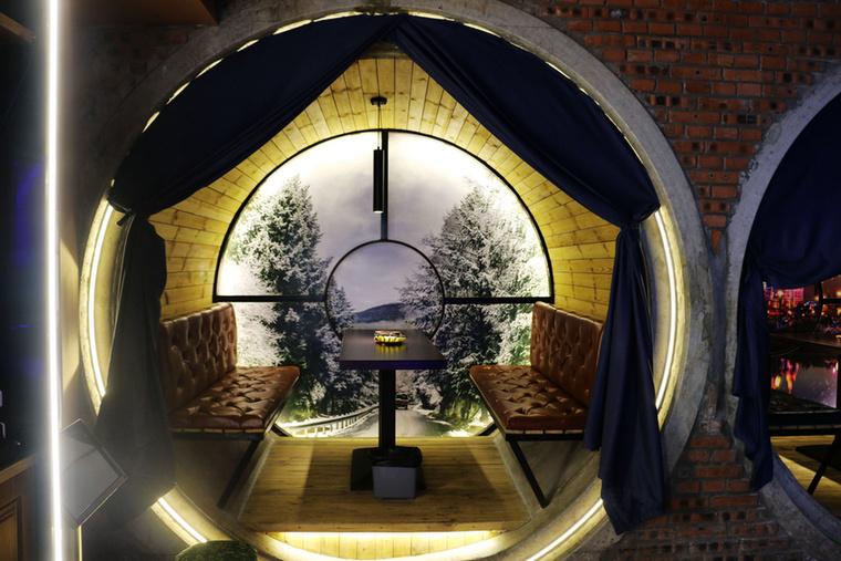 Ha a lakók esetleg társaságra vágynak, akkor találnak szocializációra megfelelő szobácskát is, ilyen menő világítással.