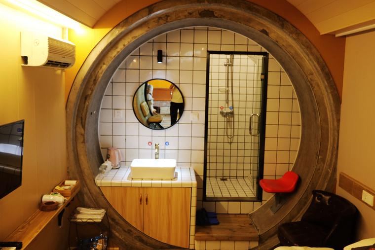 Furcsa, hogy vécét nem igen vélünk felfedezni a helyiségben, azonban fürdésre alkalmas eszköz mégis van a szobában