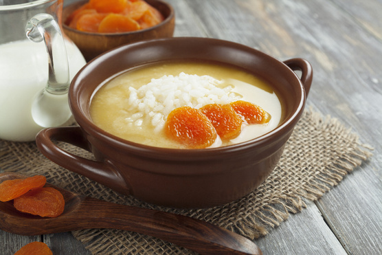 Egy kis házi tejszín vagy akár vaníliás-narancsos habgaluska is tökéletes a tetején.