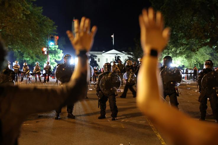 Erős a rendőri jelenlét Washingtonban a Fehér Ház épületénél