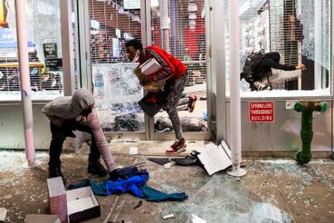 Rongálások és lopások is kísérik a tüntetéseket. A képen egy Manhattanben található üzlet látható