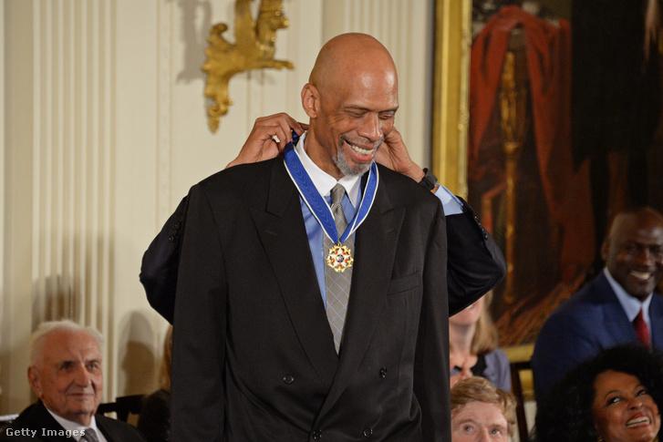 A 2016-ban kitüntetett Kareem Abdul-Jabbar a Fehér Házban