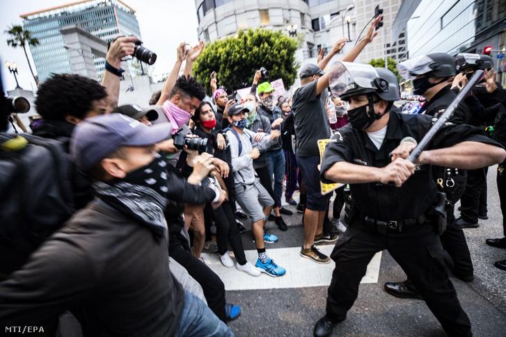 Tüntetők és rendőrök Los Angelesben 2020. május 29-én.