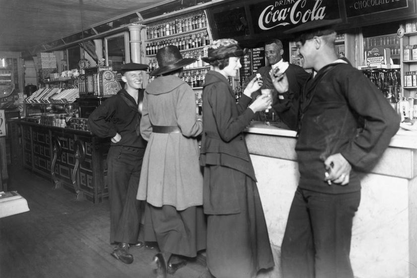 1900 januárjában készült kép, ekkor még a kóla tartalmazta a serkentő anyagot.