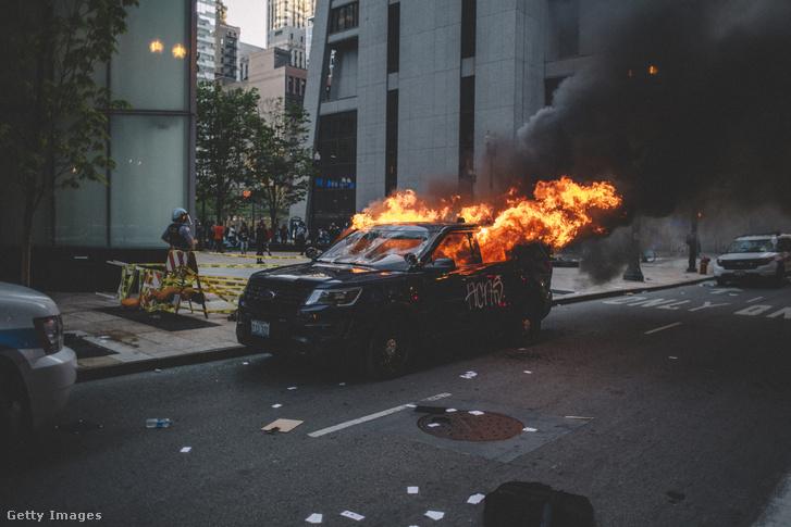 Tüntetők által felgyújtott autó Chicagóban 2020. május 30-án