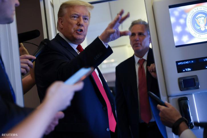 Donald Trump beszél a riporterekhez az Air Force One fedélzetén visszafele Washingtonba 2020. május 30-án
