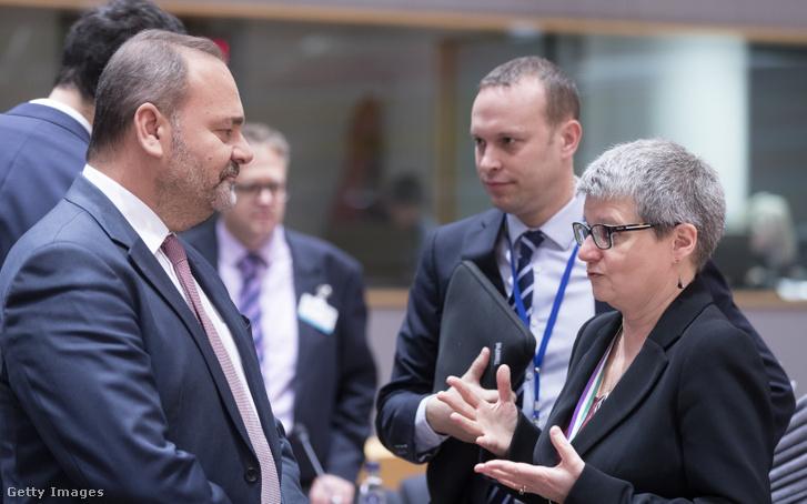 Az újságíró-gyilkossággal most összefüggésbe hozott Christian Cardona volt gazdaság miniszter (balra) egy 2018-as tárgyalásán.