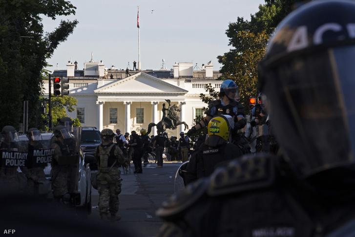 A Nemzeti Gárda egységei a Fehér Háznál