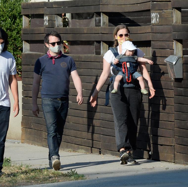A Los Angeles-i sétájukról készült fotóknak köszönhetően azonban legalább a bébi arcát meg tudják nézni a kíváncsi rajongók.