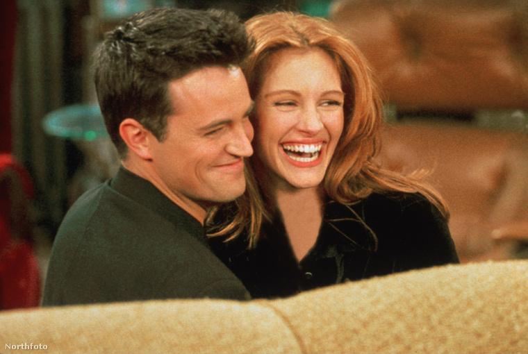 Matthew Perry és Julia Roberts viszont éppen csak randizgattak, állítólag annyira komolyra nem fordult köztük a dolog - az év: 1996, amikor a színésznő a Jóbarátokban is felbukkant egy epizódszerepben