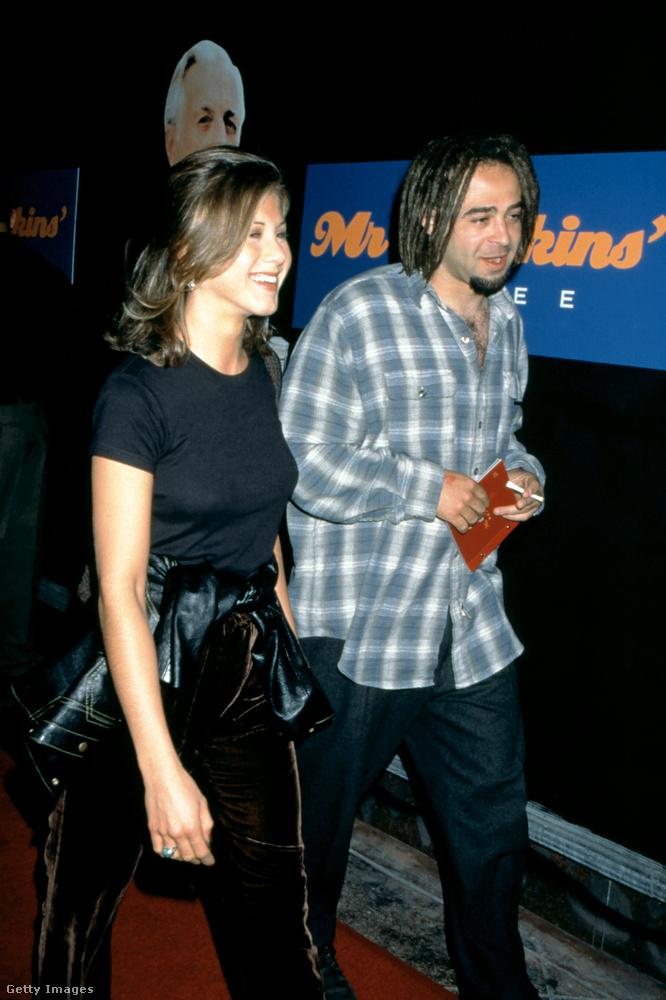 Jennifer Aniston pedig, hinnék-e, a Counting Crows énekesével, Adam Duritz-cel randizgatott