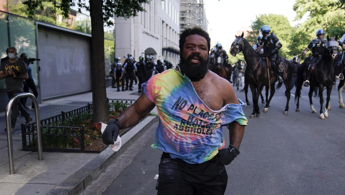 Könnygázzal és lovas rendőrökkel mentek a tüntetőknek