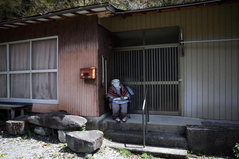 A kis falut fénykorában háromszázan lakták, ám az évek múlásával sokan elköltöztek vagy meghaltak, így szinte elnéptelenedett a falu. Tsukimi Ayano is itt élt gyerekkorában, ám a családjával egy jobb élet reményében továbbálltak.